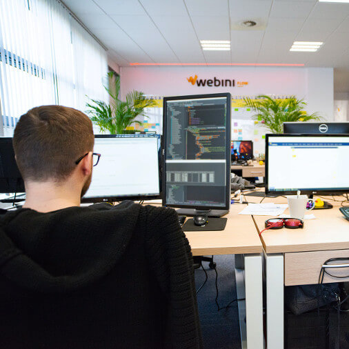 Pracownik w biurze Webini