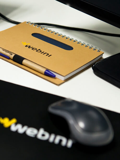 Firmowy notatnik na biurku