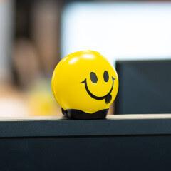 Uśmiechnięta piłeczka piankowa na biurku