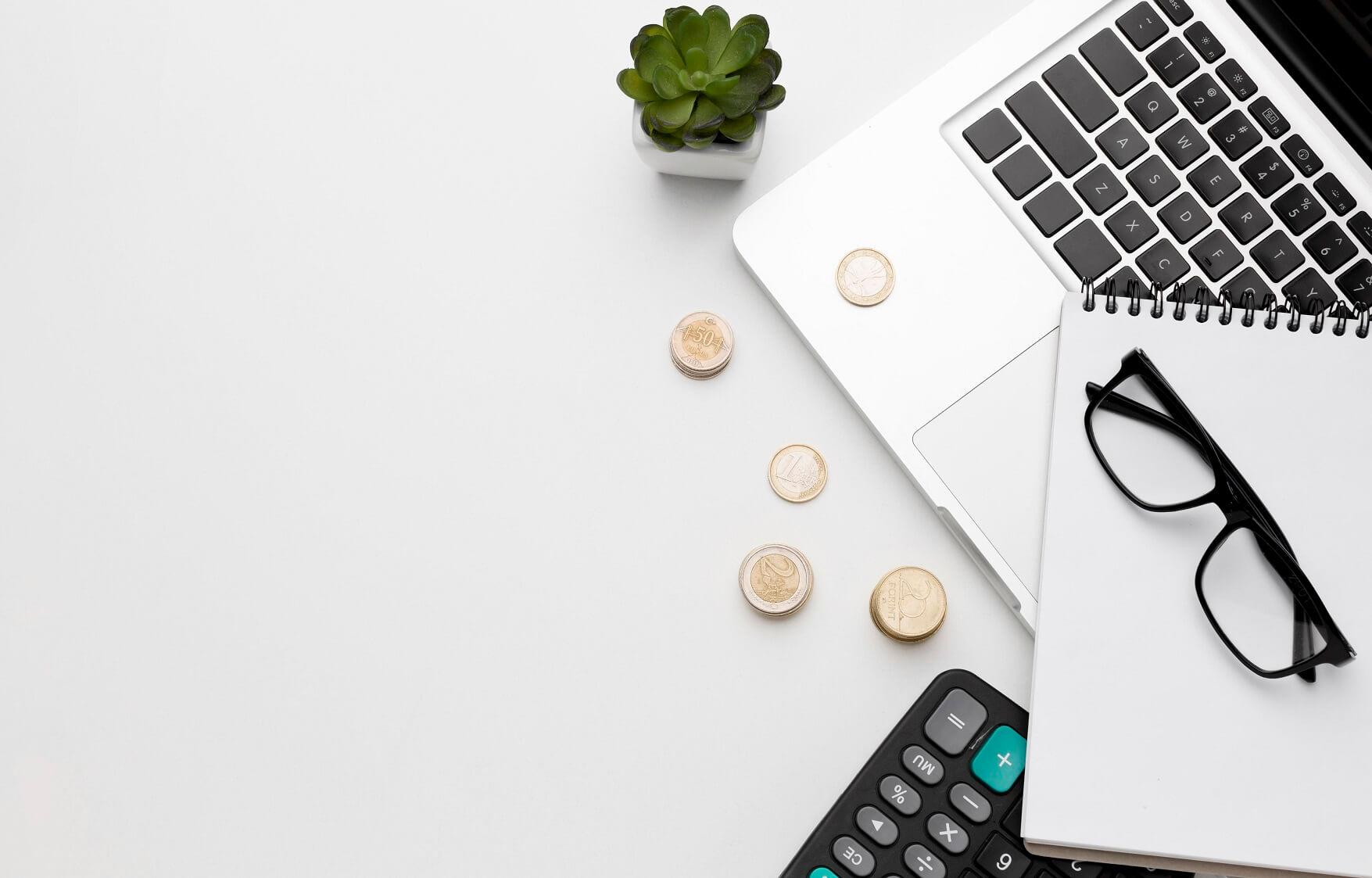 laptop, okulary i pieniadze